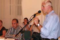 Václav Fiala, ředitel školy v Podměstí, odpovídá na dotazy zastupitelů.