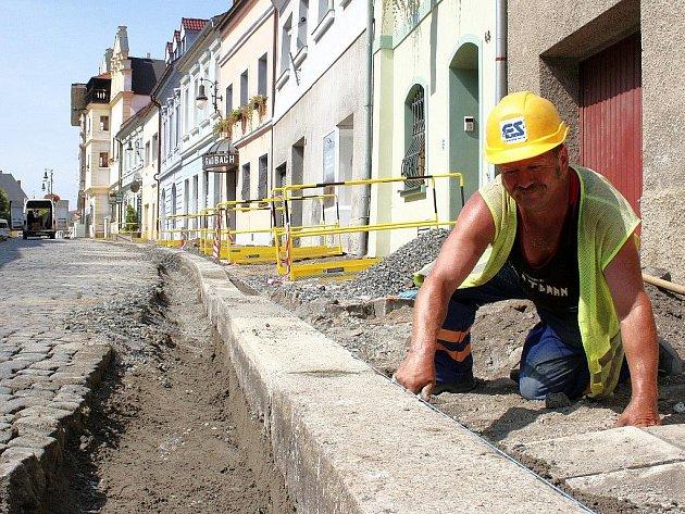 Josef Stecker pracuje v Hilbertově ulici v Lounech, která je z důvodu kompletní rekonstrukce uzavřena.