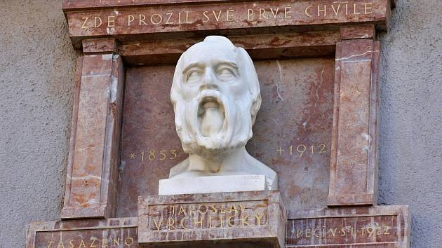 Busta na rodném domě Emila Frídy, uměleckým jménem Jaroslava Vrchlického, v Lounech. Tento český básník patří k nejvýznamnějším lounským rodákům.