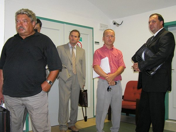 Oto Šoun, Miroslav Földes, Zdeněk Krupka a Jiří Šimíček (zleva) před vynesením rozsudku uOkresního soudu vLounech včervnu 2006.