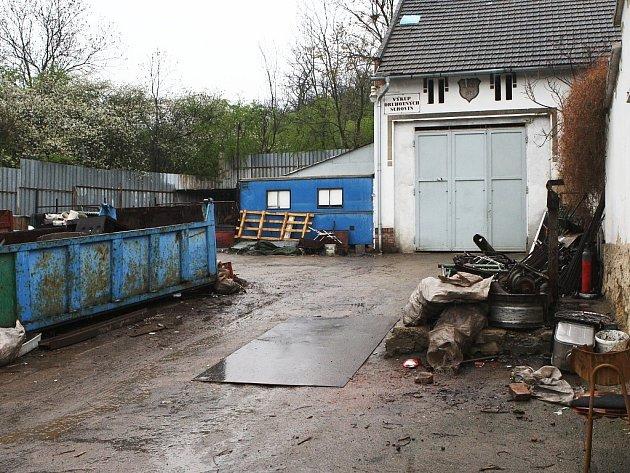 Dvůr výkupny druhotných surovin v Nehasicích na Žatecku.