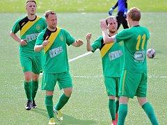 Fotbalisté Žatce (v zeleném) podlehli v Srbicích po penaltách. Teď prohráli v Krupce 3:7.