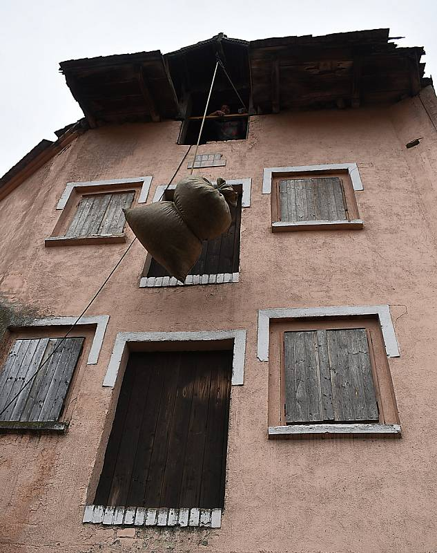 Sušárna z roku 1927, česačka z roku 1965. Na statku Karla Lebedy v Tuchořicích se zpracovává chmel na technických unikátech.