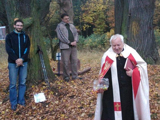 David Šebesta z občanského sdružení Budíček ve Vroutku, Martin Gutzer, tajemník Městského úřadu  Podbořany, a Alexander Siudzik, farář římskokatolické církve v Podbořanech (zleva)