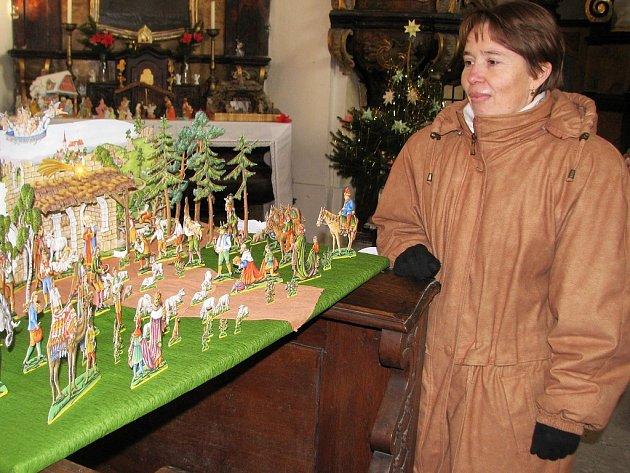Sběratelka betlémů Marie Rysková z Nového Sedla si prohlíží jeden z nich v kostele v nedalekých Břežanech na Žatecku.