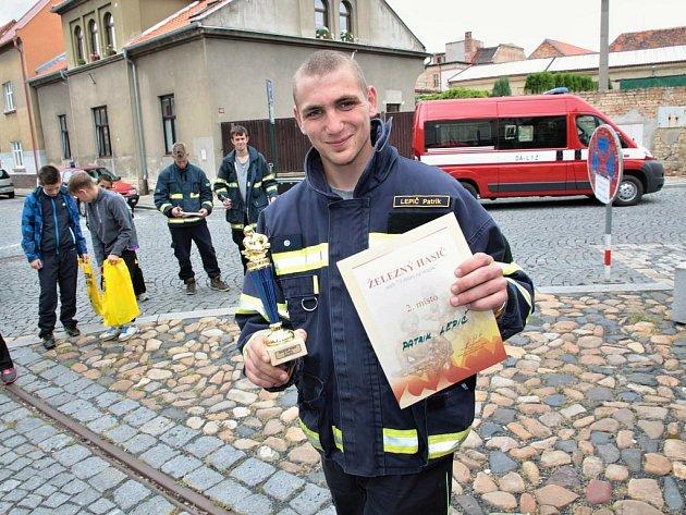 Hasič Patrik Lepič z Postoloprt převzal diplom za úspěšné umístění v soutěži Železný hasič
