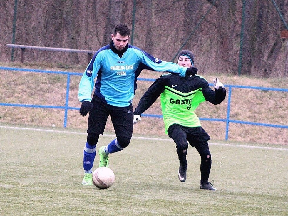 Fotbalisté Chlumčan (v zeleném) porazili celek Tuchořic 5:4 (2:2).