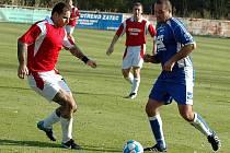 Fotbalové utkání Žatce C (v modrém) s Dynamem Louny. Na snímku vpravo autor první branky Šidlof