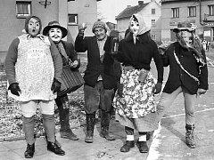 Unikátní seriál Deníku se tentokrát podívá do Koštic nad Ohří. Třeba na masopust v 70. letech, z kterého je tento snímek. Jejich tradice je tam ale mnohem delší.