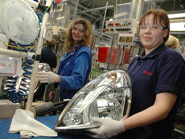 Operátorky Ana-Sofi Hruza (vpravo) a Monika Sedlářová pracují na světle pro Renault Modus v žateckém závodě Koito.
