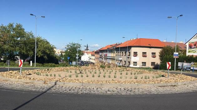 Společnost Technická správa města Loun upravila střed kruhového objezdu mezi ulicemi Hrnčířská, Českých Bratří a Josefa Fouska.