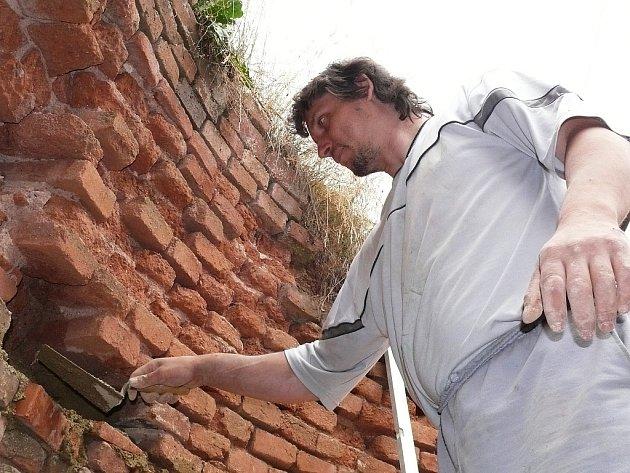 Richard Kanta pracuje na pouzdru jednoho z posledních schodů rozhledny na Vochlickém vrchu.