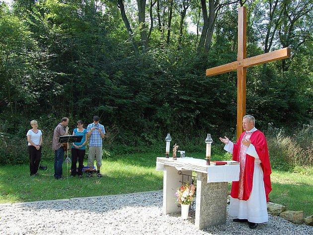 Liběšický farář Vilém Marek Štěpán vedl vzpomínkovou akci u kříže, který vyrostl na místě někdejšího kostela v Měcholupech