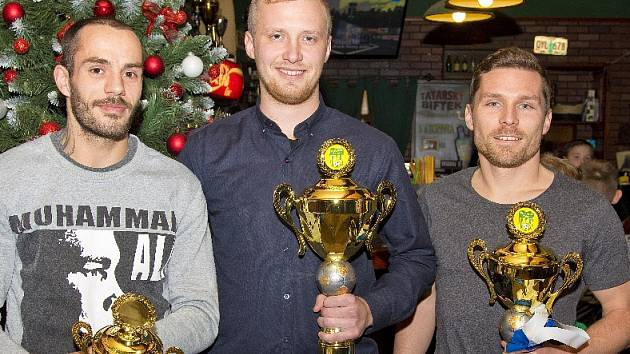 Nejlepší fotbalisté Slavoje Žatec v kategorii muži. Zleva Jan Wiesinger, Petr Klinec a Jan Zimola.