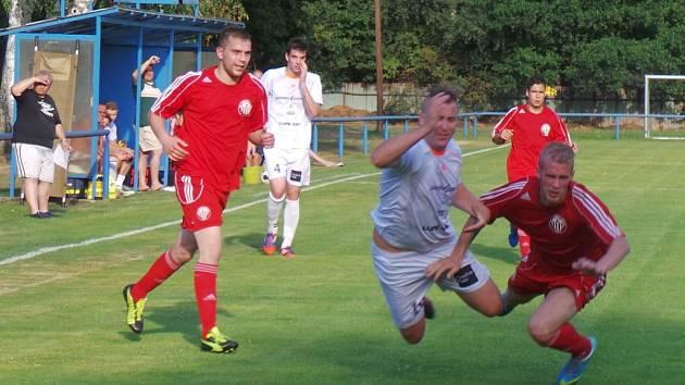 Při premiéře v krajském přeboru fotbalisté Postoloprt (červení) podlehli v Proboštově domácím 1:2.
