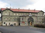 České dráhy plánují zrekonstruovat hlavní vlaková nádraží v Lounech a Žatci. Byla zařazena do projektu Živá nádraží. V obou případech jde zatím o úplný začátek projektu.