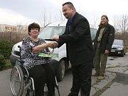 Svaz tělesně postižených v Lounech převzal sociální automobil, který bude seniorům a postiženým lidem sloužit jako Senior taxi.