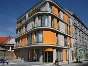 Takzvaný polyfunkční dům na Náměstíčku v Lounech získal prestižní ocenění Stavba Ústeckého kraje 2008. Podle poroty je dobře vyřešeno zasazení do okolní zástavby, funkčnost i vzhled objektu.
