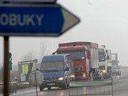 Na hlavním tahu z Chomutova do Prahy se tvoří dlouhé kolony až s hodinovými čekacími dobami. U Sulce na Lounsku silničáři totiž frézují vozovku.