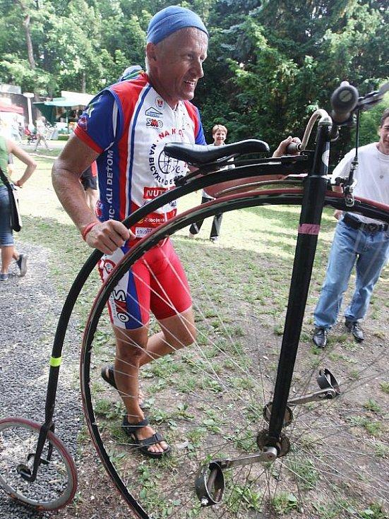 Josef Zimovčák, tvář charitativního projektu a mnohonásobný mistr světa v jízdě na vysokém kole, v Žatci