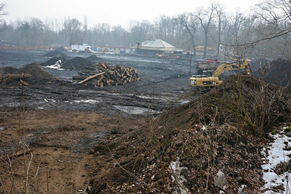 V Postoloprtech vzniká nové fotbalové hřiště se zázemím. Areál musel ustoupit dálnici D7