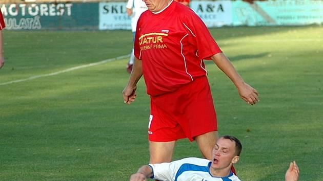 Rychlonohý Vítězslav Kouba dělal potíže obraně Málkova, branku sice nevstřelil, ale přispěl k výhře 2:1. V záběru se ocitl na zemi pod atakujícím Otto Vodrážkou.