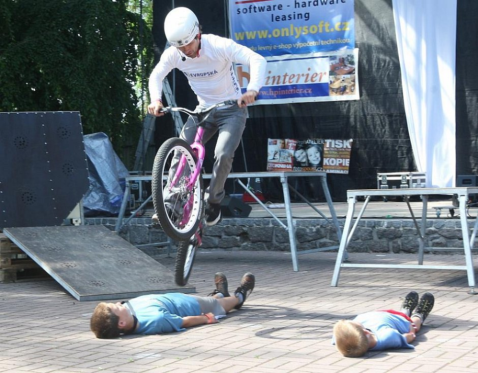 V žateckém letním kině exhibici předvedl i mistr světa v bike-trialu Josef Dressler