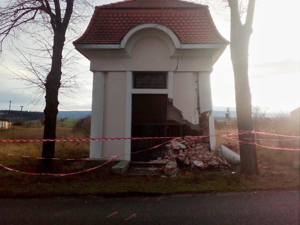 Řidič z Chomutovska vjel v obci Lužec mimo silnici a narazil do kapličky.