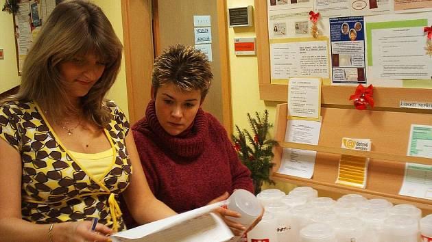 Pracovnice podbořanské radnice Jana Réblová a Vlasta Bartakovicsová (vpravo) kontrolují u všech dvaceti kasiček pečeti. Schránky jsou už připravené na vybírání peněz.