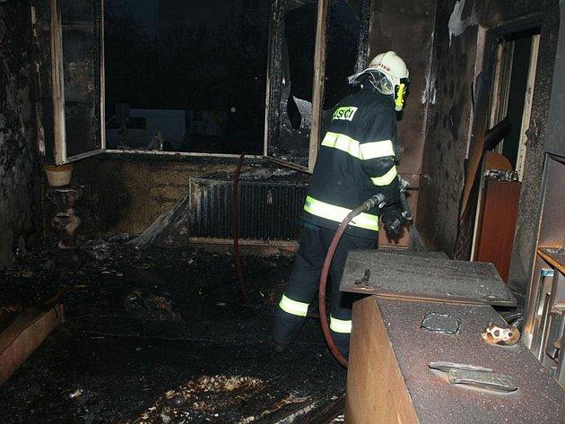 Oheň zničil byt i jeho zařízení.
