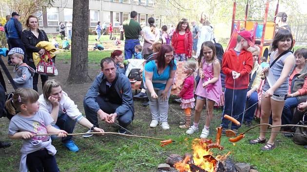 Opékání buřtů na zahradě mateřské školy U Jezu v Žatci.
