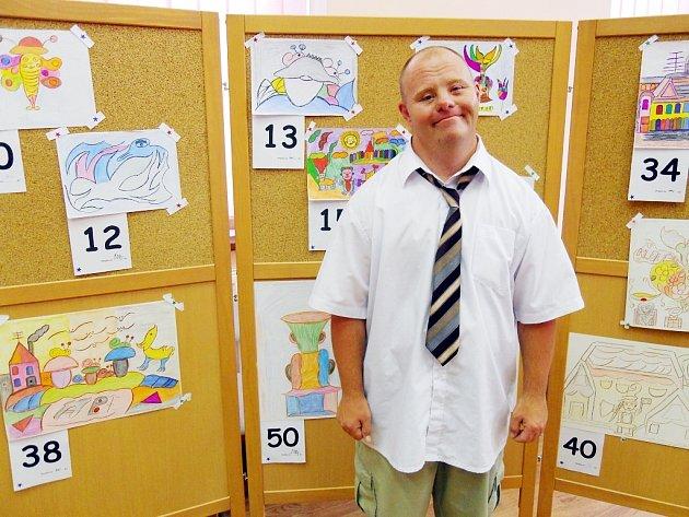 Rudolf Klouček u jeho obrázků na benefiční výstavě v budově radnice v Postoloprtech