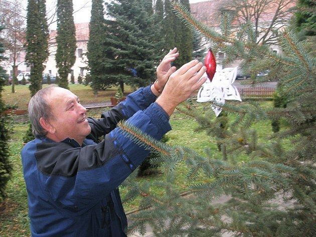 První ozdobu pověsil na stromek ředitel ústavu Pavel Dvorský.