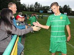 Filip Klinec se raduje s fanoušky z výhry Slavoje na domácím hřišti nad Modrou 2:1. Teď Slavoj porazil Srbice, pomohl k tomu jeho první gól v sezoně.
