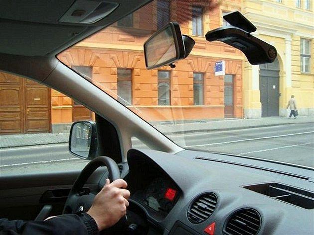 Kamera na předním skle služebního vozidla lounských strážníků.
