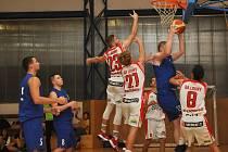 Basketbalisté Loun (v bílém) zahájili v oblastní lize a s řadou mladíků z dorostu jasně přehráli svého soupeře.