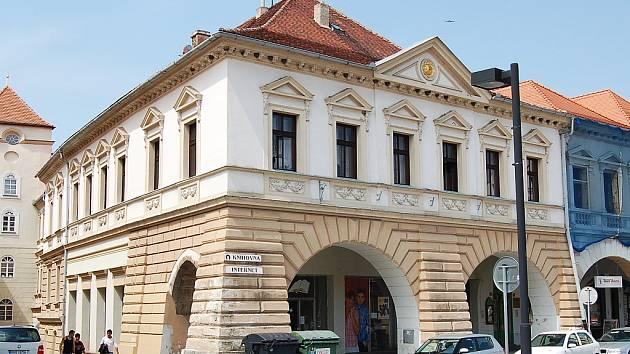 V přízemí jsou volné prostory po vyklizeném knihkupectví, nahoře v patře je městská knihovna.