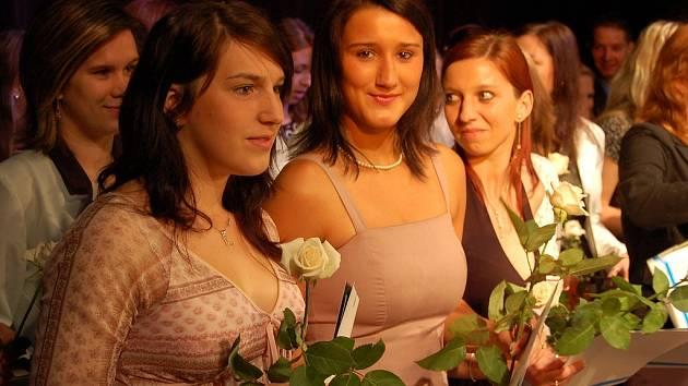 Lucie Vlčková a Klára Šebeňová (v popředí zleva) na slavnostním předávání maturitních vysvědčení v žateckém divadle.