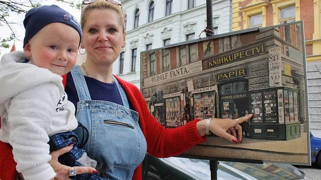 Hana Boušová se synkem u jedné z historických fotek  při loňském vystavení v ulicích Loun.