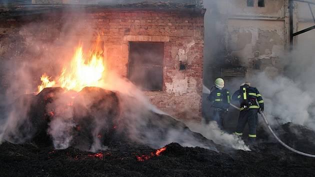 Hasiči zasahují u požáru ve Velemyšlevsi.