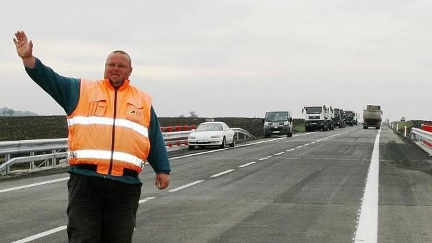 Silnice na Most z Loun je otevřena. Kvůli dalším doprovodným pracem je v jednom úseku ještě regulovaná doprava.