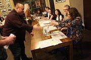 V žatecké restauraci U Orloje se v sobotu v podvečer křtila nová knížka Žatecká sedma.