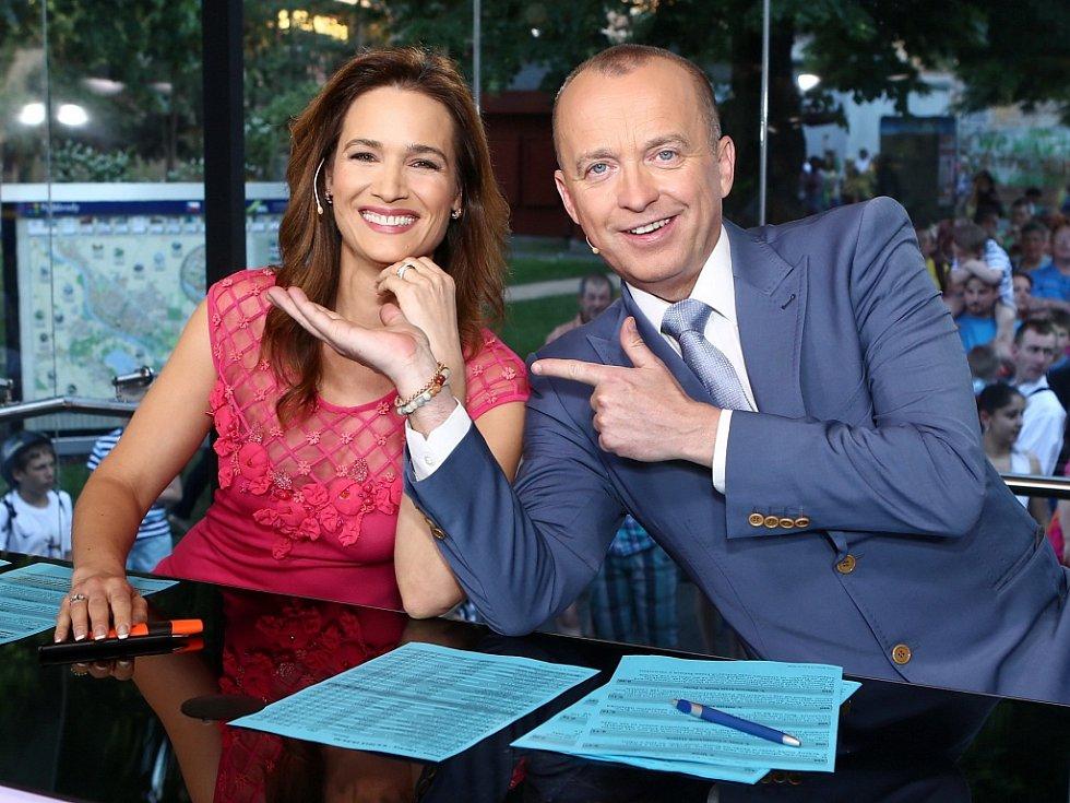 Hlavní zprávy televize Prima budou přímo ze žateckého náměstí moderovat Klára Doležalová  a Karel Voříšek.
