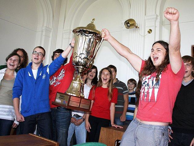 Studenti slaví vítězství. Pohár drží Filip Hlubík (v modrém) a Josef Šupík (v červeném)