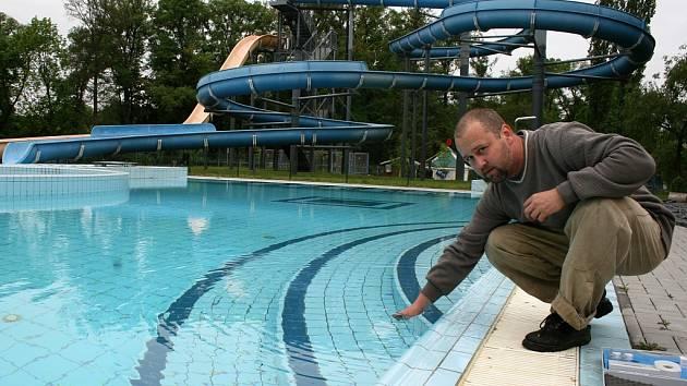 Radek Ulrych odebírá vzorek vody v napuštěném bazénu lounského koupaliště na hygienické rozbory.
