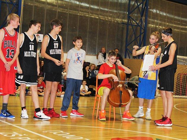 TYGŘÍ SMEČKA. Na speciálním mikulášském tréninku v Lounech se hrálo, nejen s míčem, ale i na hudební nástroje. Zpívalo se, děti dostaly od Mikuláše také dárky.
