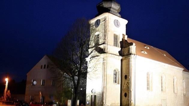 Nasvícený kostel sv. Václava ve Velké Černoci.