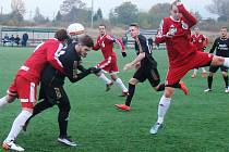 Lounský Michal Lesniak (v černém) bojuje o míč s hráčem Srbic. Přihlíží Daniel Zícha, autor jediné branky Loun.