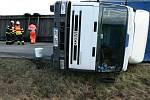 Větrem převrácený kamion.