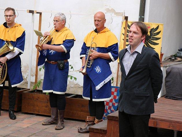 Zahájení Muzejní noci v Lounech. Ředitel Oblastního muzea Louny Jiří Matyáš a Žatečtí trubači